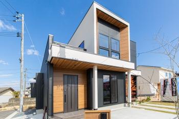 外観は4連のスクエアサッシがアクセント。シンプルかつ印象的なフォルムが、住宅デザインのシンボルになります。